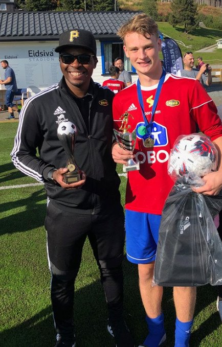 Jason Onsrud Buan med trofeet som banens beste spiller i finalen, sammen med trener Jonathan Ezeonwurie med Cuptrofeet.