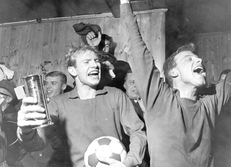 Jubel etter seier 2-1 over FFK i cupfinalen i 1963 (Wangen til høyre).