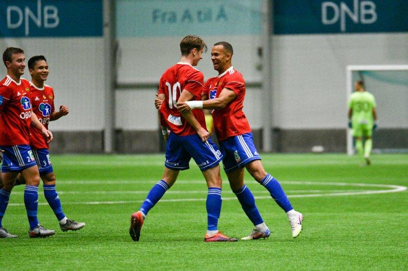 Felix Anthonessen har fått sin første nettkjenning på A-laget, og gratuleres av kampens matchvinner, Johnny Buduson!