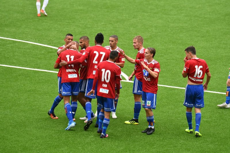 Johnny Buduson blir gratulert etter 1-0-målet.