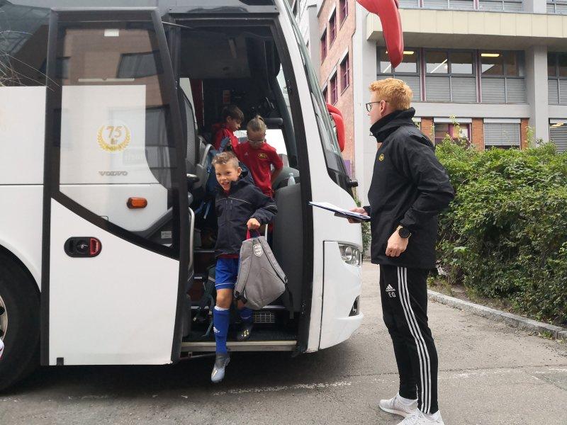 Barna hentes av Schaus Buss
